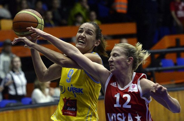 Basketbalistka USK Praha Laia Palauová (vlevo) a Courtney Vanderslootová z Krakova během utkání Evropské ligy.