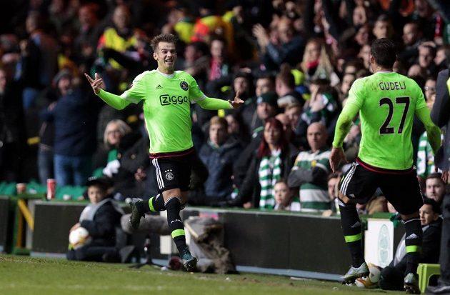 Václav Černý a Nemanja Gudelj z Ajaxu se radují z výhry na hřišti Celtiku Glasgow.