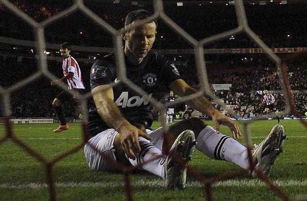 Zdrcený Ryan Giggs z Manchesteru United poté, co si v semifinále anglického Ligového poháru na hřišti Sunderlandu vstřelil vlastní gól.