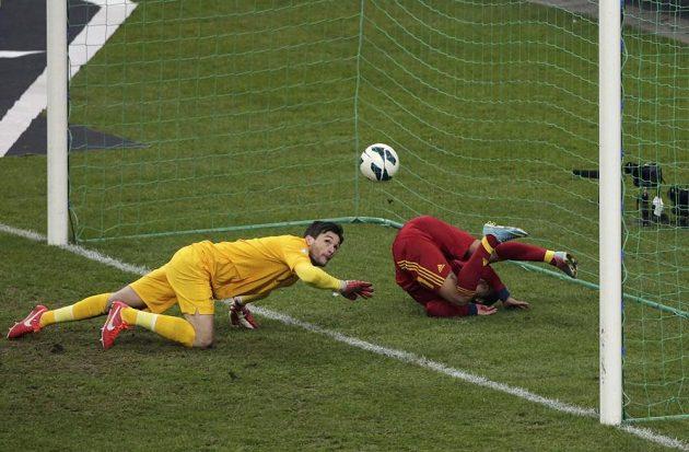 Španěl Pedro Rodriguez Ledesma (vpravo) překonal francouzského brankáře Huga Llorise.