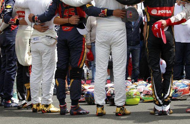 Jezdci při minutě ticha za Julese Bianchiho vytvořili kruh, do nějž umístili své přilby.