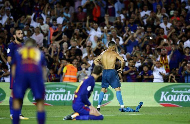 Cristiano Ronaldo poté, co vstřelil gól, svlékl dres. Za tuto oslavu dostal od rozhodčího první žlutou kartu.