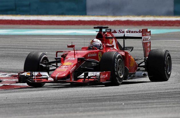Německý pilot Sebastian Vettel sváděl se svým soupeřem Hamiltonem při GP Malajsie strhující souboj.