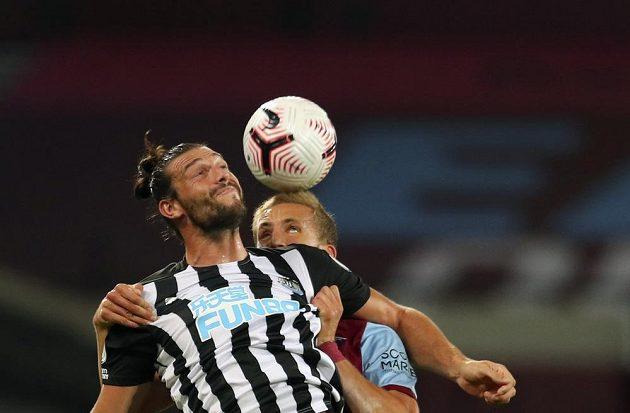 Český záložník Tomáš Souček v dresu West Hamu v hlavičkovém souboji během utkání Premier League s Newcastlem.
