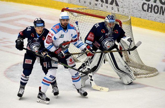 Zleva Brett Skinner z Liberce, Marek Račuk z Chomutova a brankář Liberce Roman Will během semifinále play off hokejové extraligy.