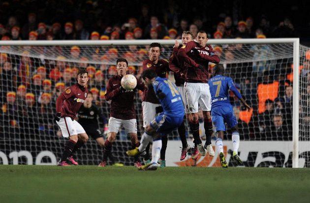 Juan Mata z Chelsea se při tomto přímém kopu střelecky neprosadil.