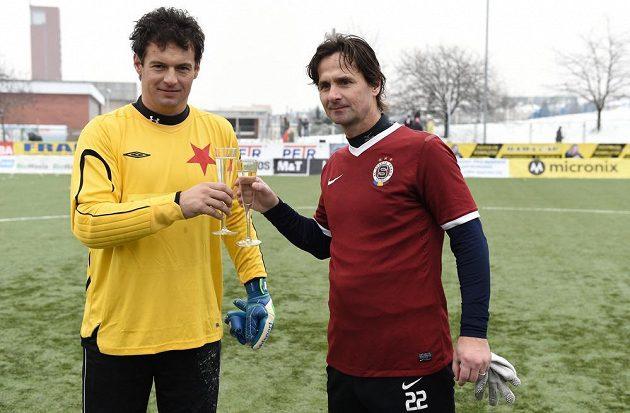 Radek Černý ze Slavie Praha (vlevo) a Jiří Novotný ze Sparty během tradičního Silvestrovského derby.