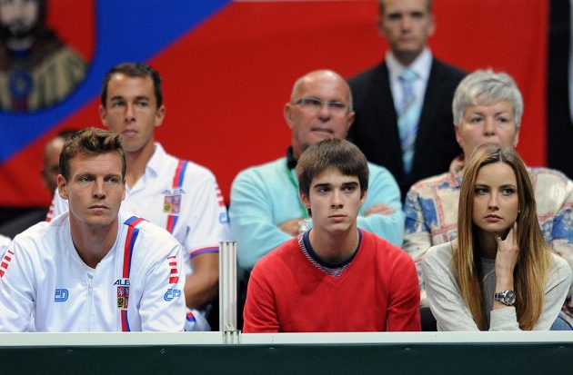 Tomáš Berdych (vlevo) a jeho přítelkyně Ester Sátorová sledují zápas Štěpánek - Mónako.