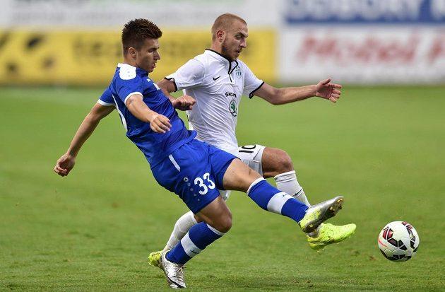 Stipo Markovič z Širokého Brijegu (vpředu) bojuje o míč s mladoboleslavským záložníkem Jiřím Skalákem.