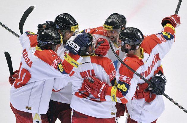 Olomoučtí hokejisté se radují ze vstřelení branky na ledě Třince. Třetí zprava je autor gólu Jakub Matai.