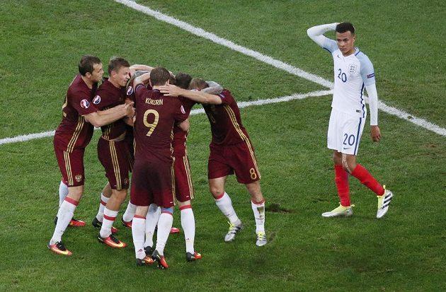 Ruští fotbalisté se radují z vyrovnávacího gólu proti Anglii.