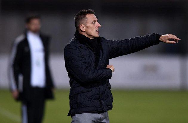 Trenér Dukly Praha Luboš Kozel udílí pokyny hráčům v zápase s Příbramí.