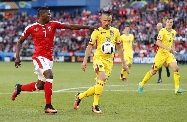 Švýcar Breel Embolo v souboji s rumunskou obranou.