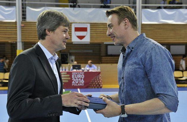 Filip Jícha byl v Brně vyhlášen nejlepším házenkářem sezóny. Vlevo je prezident Českého svazu házené Aleš Pospíšil.