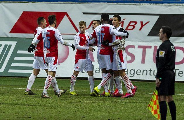 Hráči Slavie se radují z prvního gólu.