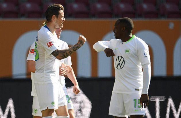 Daniel Ginczek (vlevo) a Jerome Roussillon z Wolfsburgu po gólu proti Augsburgu.
