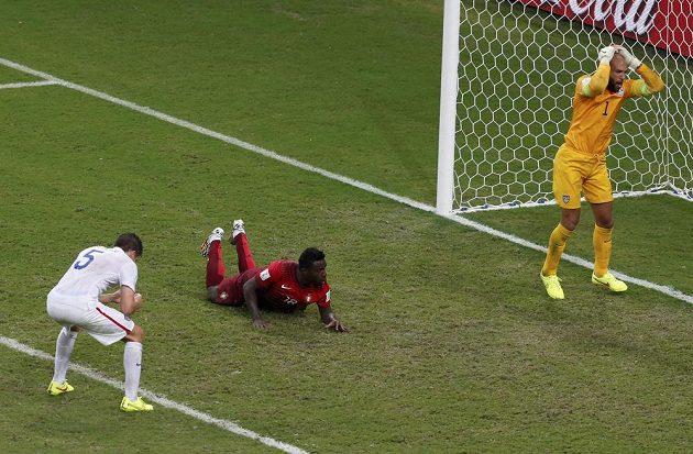 Americký brankář Tim Howard se chytá za hlavu, střídající Silvestre Varela ho v 95. minutě překonal a zařídil tak Portugalsku remízu 2:2. Vlevo přihlíží zklamaný stoper USA Matt Besler.