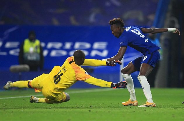 Tammy Abraham střílí třetí gól Chelsea v souboji Ligy mistrů s Rennes.
