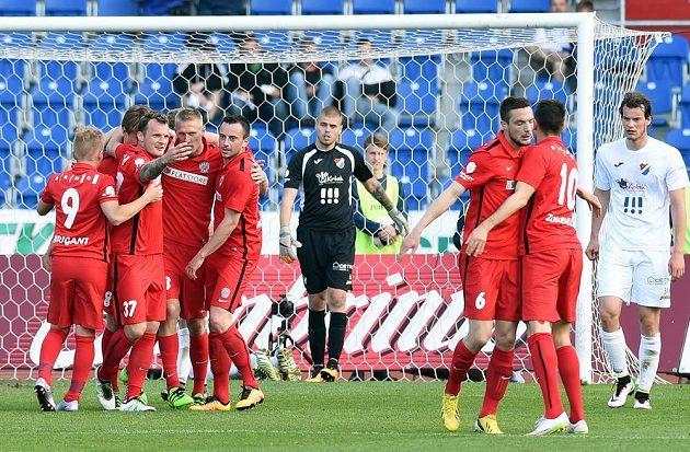 Hráči Brna se radují z vítězného gólu v Ostravě.