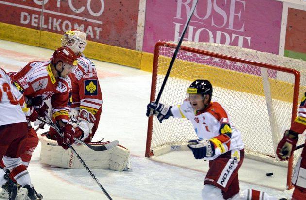 Třinecký brankář Peter Hamerlík inkasuje gól na ledě Olomouce.