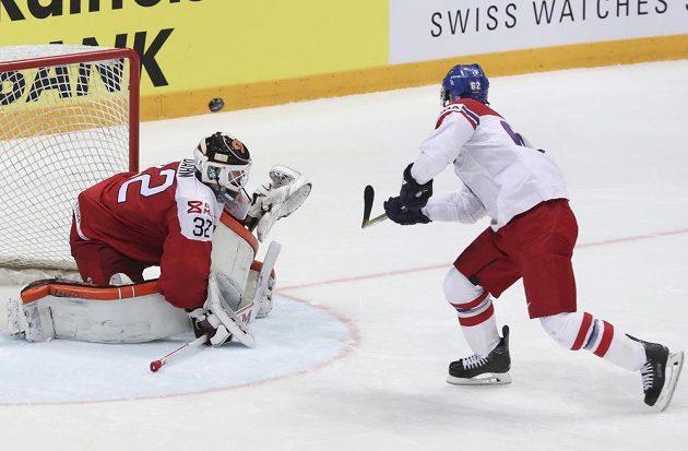 Michal Řepík nasměroval svou střelu při nájezdu do tyče.