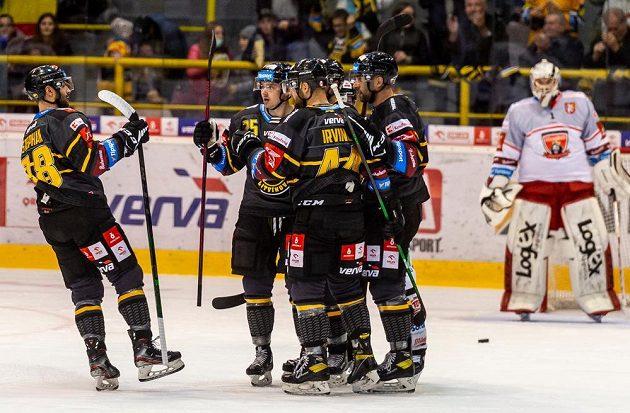 Hokejisté Litvínova se radují z prvního gólu.