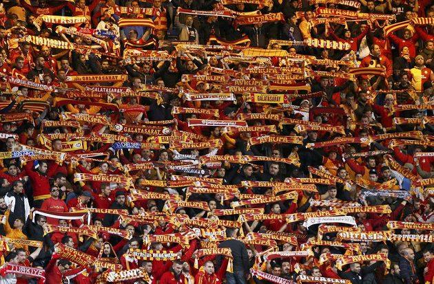 Fanoušci Galatasaraye na Stamford Bridge při utkání proti Chelsea.