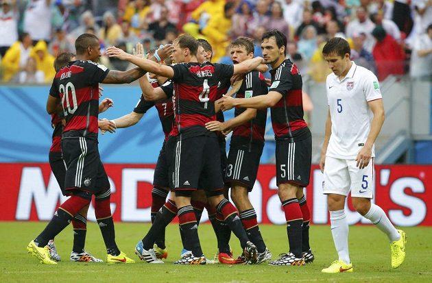 Němečtí fotbalisté slaví gól Thomase Müllera (třetí zprava) v duelu s USA.