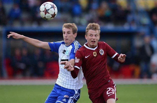 Strkaná o míč mezi sparťanem Ladislavem Krejčím (vlevo) a Josefem Hnačíčkem ze Znojma v osmifinále Poháru České pošty.