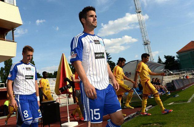 Hráči Znojma Radek Buchta (vlevo) a Matúš Lacko nastupují k historicky prvnímu utkání v Gambrinus lize.