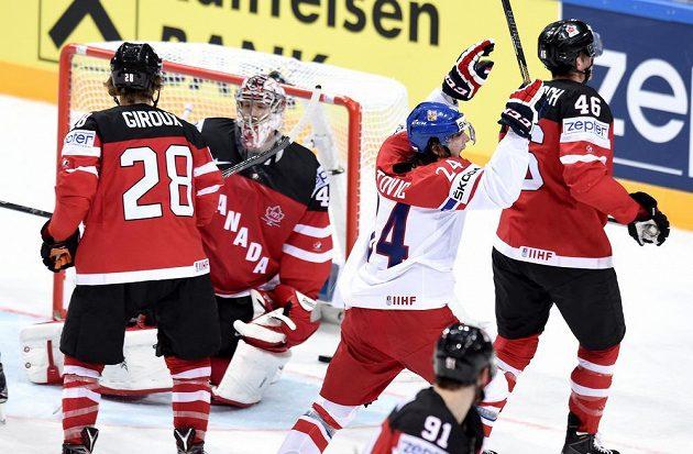 Český útočník Martin Zaťovič oslavuje gól na 2:2 proti Kanadě.