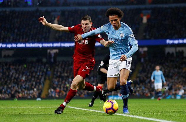 V souboji o míč Leroy Sané (vpravo) z Manchesteru City a James Milner z Liverpoolu.