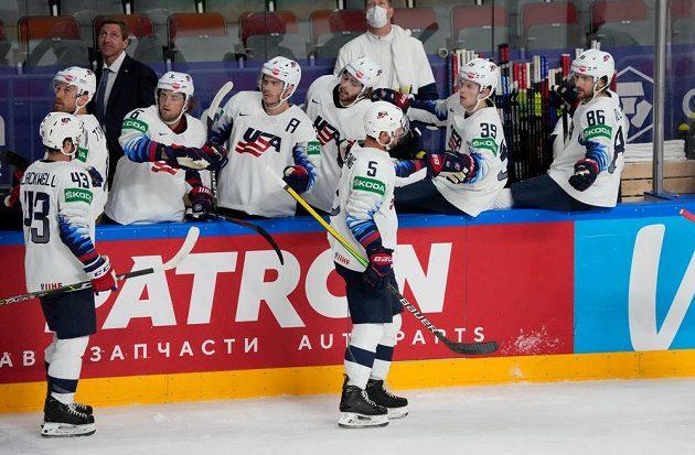 Hokejisté USA slaví vstřelený gól během utkání s Itálií na MS 2021.