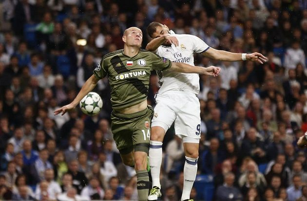 Obránce Legie Varšava Adam Hloušek (vlevo) v souboji s útočníkem Realu Madrid Karimem Benzemou.