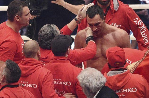 Zdrcený Vladimir Kličko se právě dozvěděl verdikt rozhodčích - v souboji s Tysonem Furym prohrál na body.