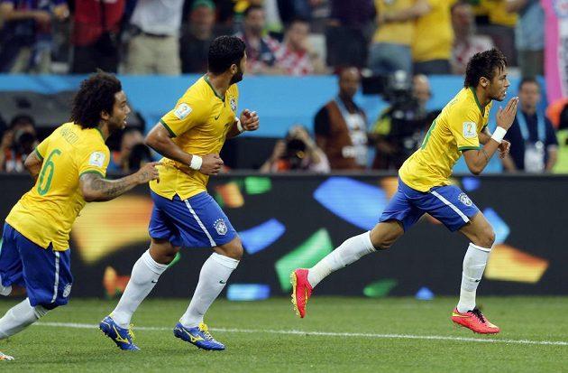 Brazilský fotbalista Neymar (vpravo) se raduje se spoluhráči z gólu proti Chorvatsku.