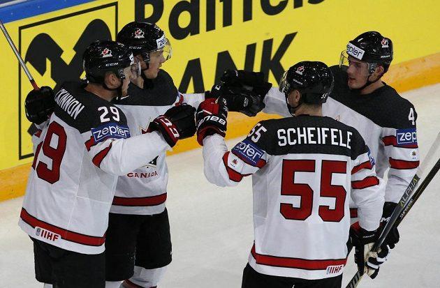 Kanaďané se radují z gólu proti Slovincům.