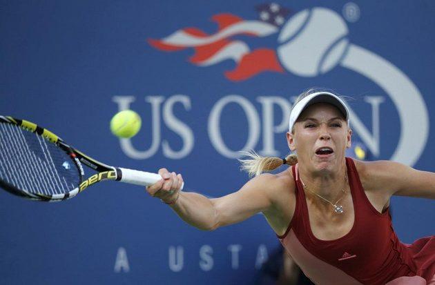 Caroline Wozniacká s potížemi odvrací úder Sereny Williamsové ve finále US Open.