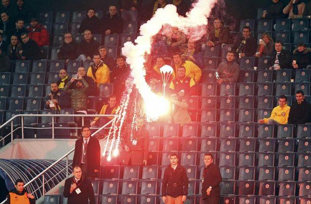 Světlice na padáčku se pomalu snáší na hrací plochu stadiónu Sükrüho Saracoglua.