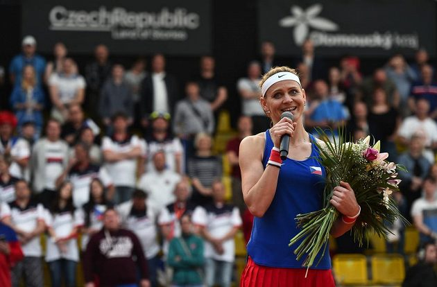 Hotovo! Lucie Šafářová hovoří k divákům po zápase, v němž s Barborou Krejčíkovou porazily Kanaďanky Gabrielu Dabrowskou a Sharon Fichmanovou. Pro Šafářovou to byl poslední zápas za reprezentaci, po Roland Garros ukončí kariéru.