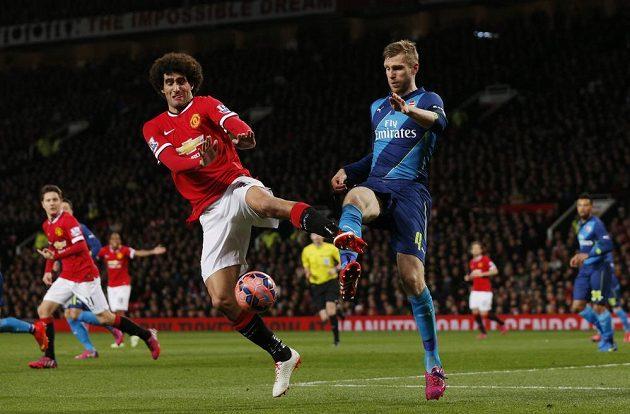 Marouane Fellaini z Manchesteru United (vlevo) bojuje o míč s Perem Mertesackerem z Arsenalu.