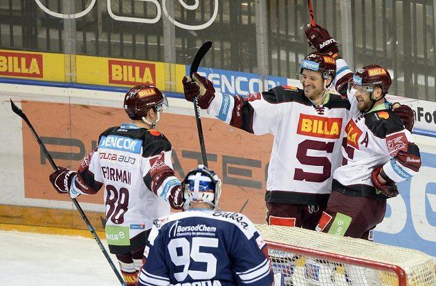Hokejisté Sparty se radují z druhého gólu, zleva Miroslav Forman, Jérémie Ouellet-Blain a Jan Buchtele.