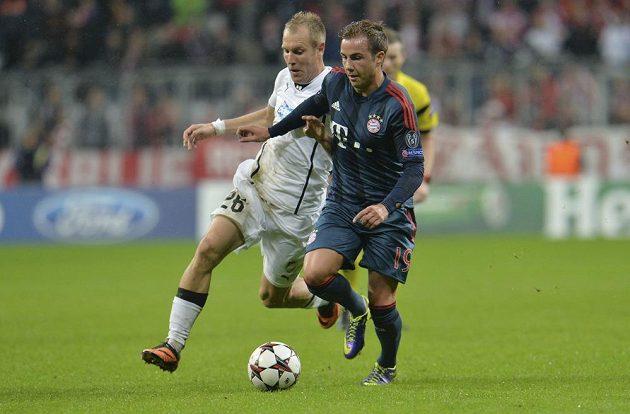 Záložník Bayernu Mnichov Mario Götze (vpravo) uniká plzeňskému středopolaři Danielu Kolářovi.