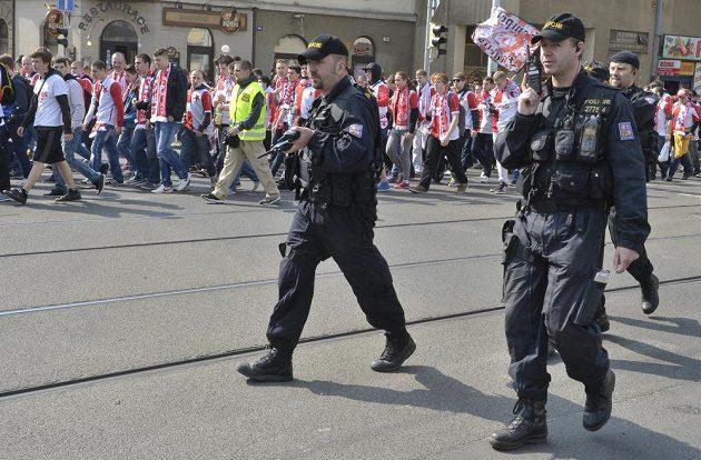 Policie byla nedílnou součástí slávistického pochodu směrem na Letnou.