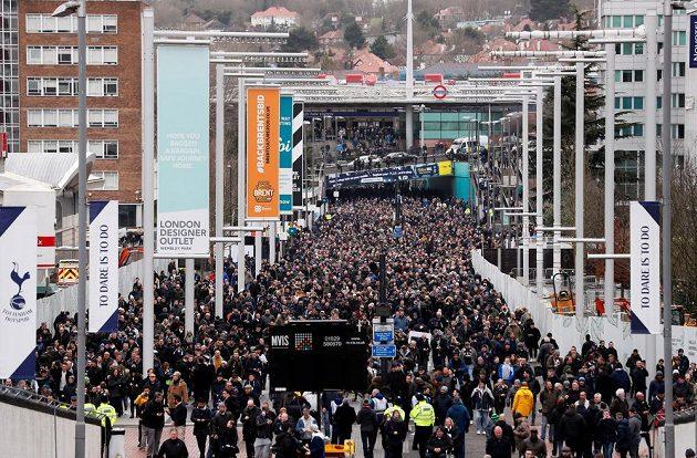Budiž derby! Zácpa v okolí Wembley před duelem Tottenhamu s Arsenalem.