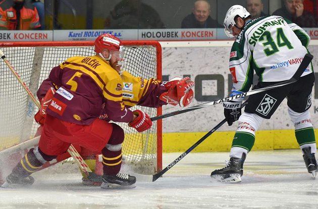 V 1. kole baráže o hokejovou extraligu bojují Vlastimil Bilčík z Jihlavy (vlevo) a Václav Skuhravý z Karlových Varů před jihlavským brankářem Miroslavem Svobodou.