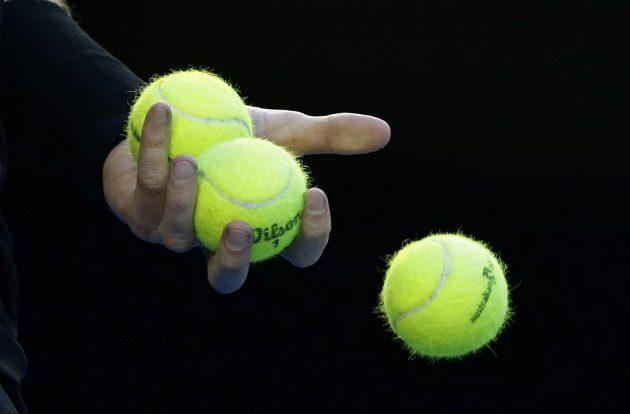 Andy Murray si připravuje míčky na servis.