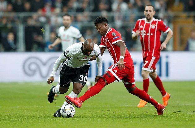 Vagner Love z Besiktase se snaží přejít přes Davida Alabu z Bayernu.
