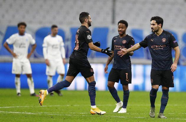 Střelec gólu Ilkay Gundogan slaví se spoluhráči z Manchesteru City trefu do sítě Marseille v utkání Ligy mistrů.