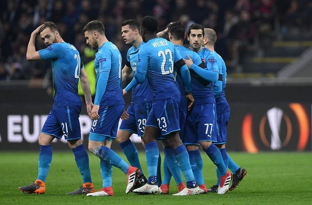Fotbalista Arsenalu Henrich Mchitarian slaví se spoluhráči svůj první gól v dresu Gunners. Trefil se na hřišti AC Milán v utkání Evropské ligy.